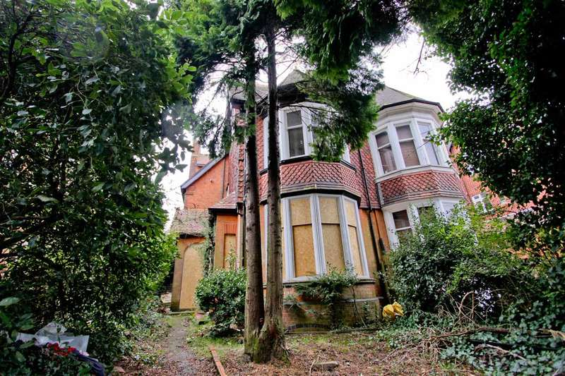 6 Bedrooms Semi Detached House for sale in London Road, Leicester
