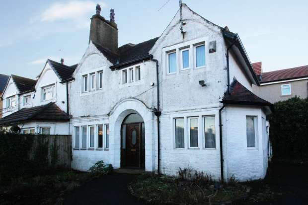 4 Bedrooms Semi Detached House for sale in Upper Rushton Road, Bradford, West Yorkshire, BD3 7HX