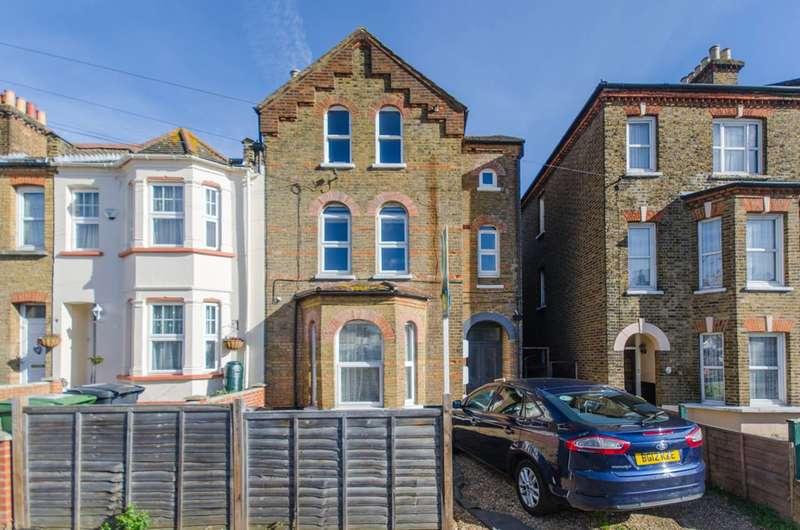 3 Bedrooms Flat for sale in Faversham Road, Catford, SE6