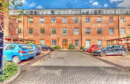 2 Bedrooms Flat for sale in Cook Street, Glasgow