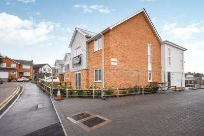 2 Bedrooms Flat for sale in 382 Rayleigh Road, Leigh-On-Sea, Essex