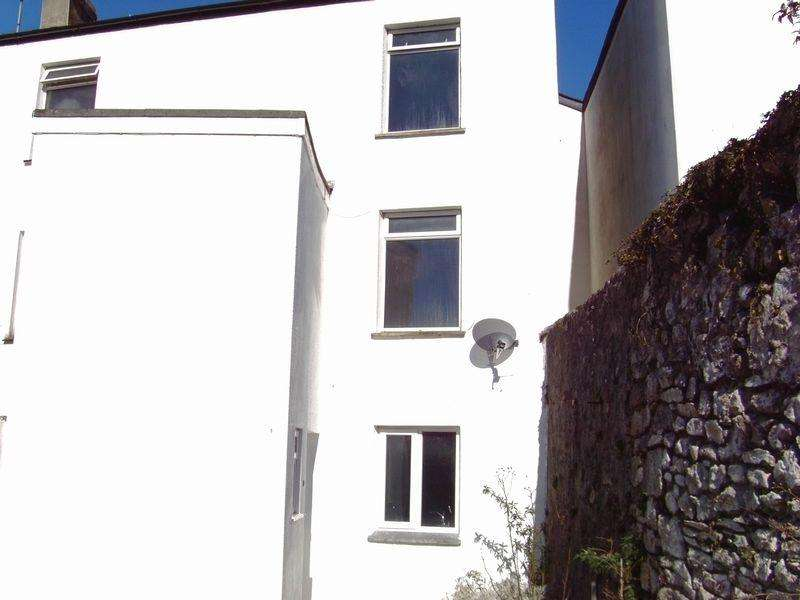 1 Bedroom Terraced House for rent in One bedroomed three storey house. Kitchen, Bathroom, Lounge, NSH, Shared Courtyard.