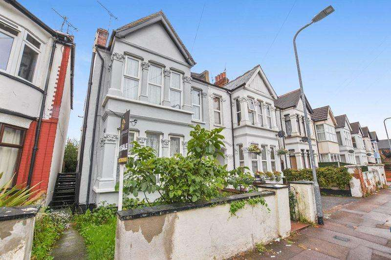 3 Bedrooms Apartment Flat for sale in Claremont Road, Westcliff-On-Sea
