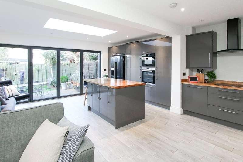 4 Bedrooms House for sale in Deans Lane, Edgware, HA8