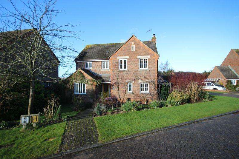 4 Bedrooms Detached House for sale in Windsor Close, Haywards Heath