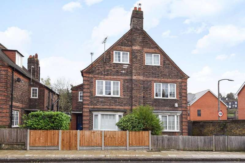 3 Bedrooms Flat for sale in Valley Road, Streatham