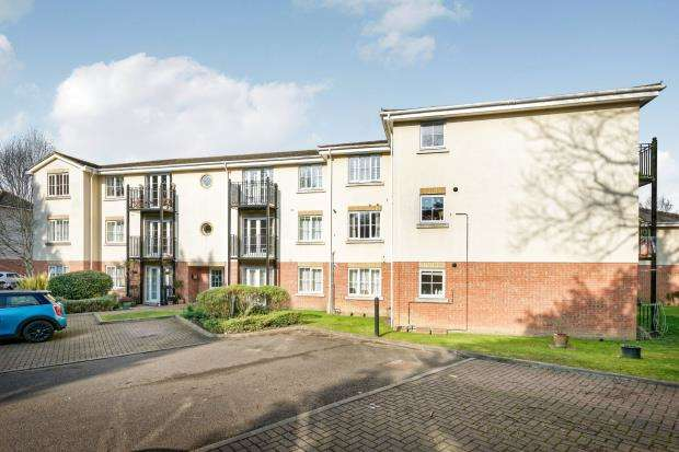2 Bedrooms Flat for sale in Copse Road, Woking, Surrey