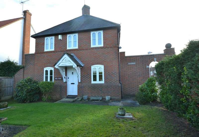 3 Bedrooms Detached House for sale in Wash Road, Noak Bridge Essex, SS15