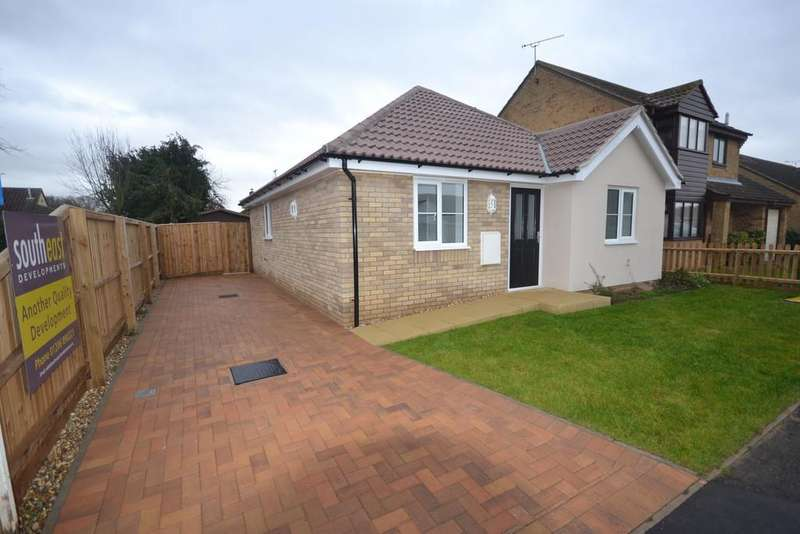 2 Bedrooms Detached Bungalow for sale in Rokell Way, Frinton On Sea