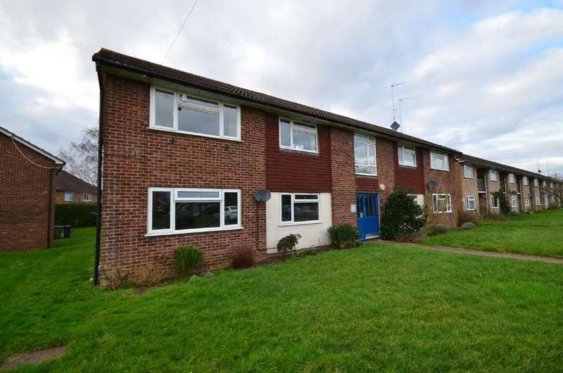 2 Bedrooms Ground Flat for sale in Yeomans Close, Tongham