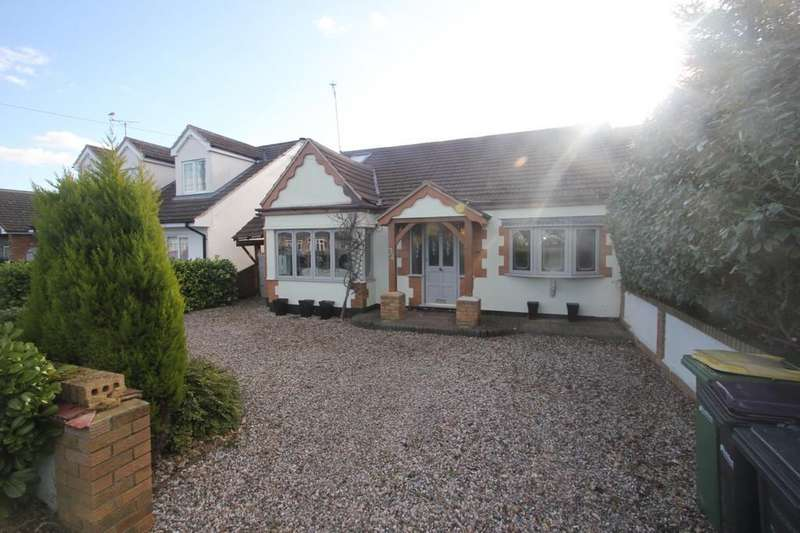 4 Bedrooms Chalet House for sale in Hawkwell Park Drive, Hockley