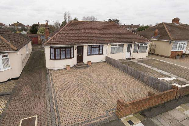 2 Bedrooms Bungalow for sale in Abbotts Walk, Bexleyheath, DA7