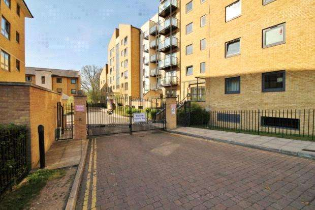 2 Bedrooms Flat for sale in Regents Court, Victoria Way, Woking, Surrey, GU21