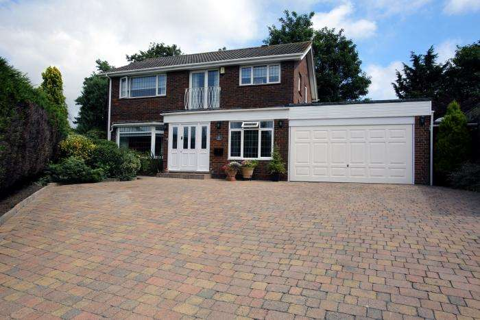 4 Bedrooms Detached House for sale in SHAKLETONS, ONGAR CM5