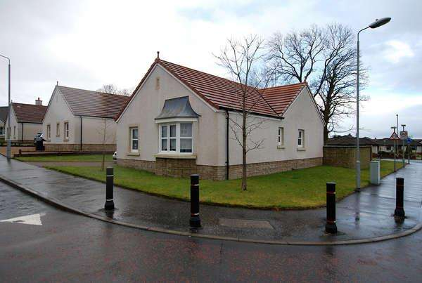 2 Bedrooms Detached Bungalow for sale in 39 Netherplace Quadrant, Mauchline, KA5 5AS