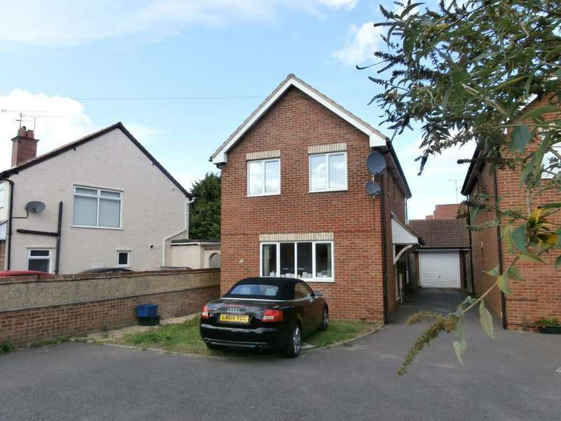 3 Bedrooms Detached House for rent in The Grove, Farnborough, GU14