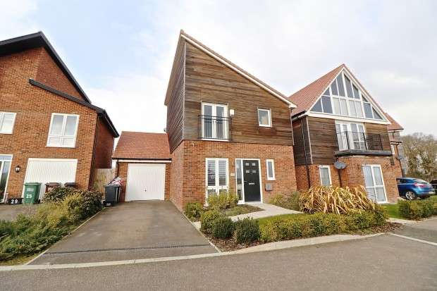3 Bedrooms Detached House for sale in Sunflower Lane, Polegate, BN26