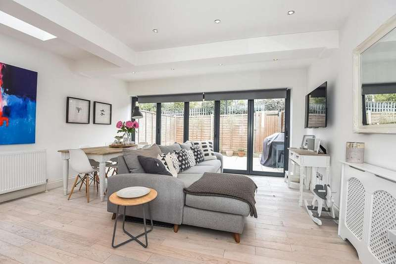 2 Bedrooms Flat for sale in Galesbury Road, Wandsworth