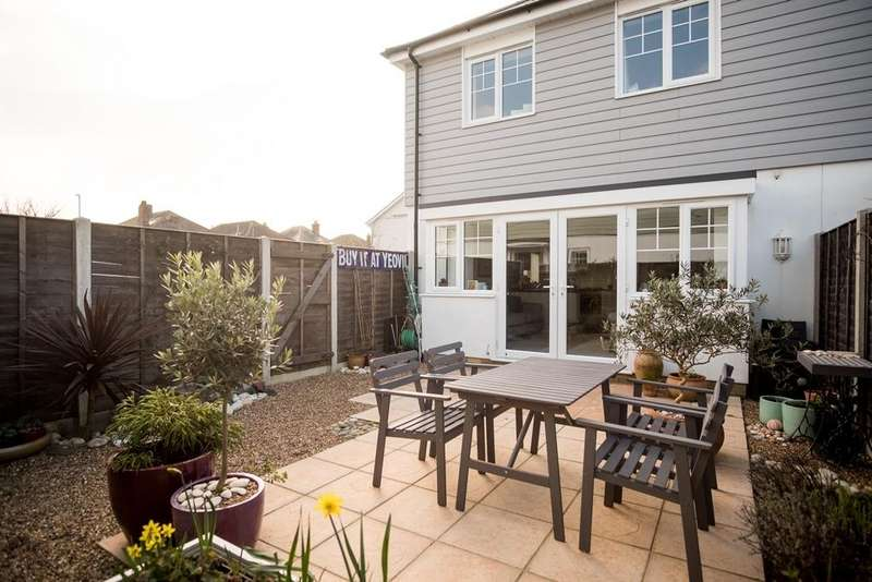 3 Bedrooms Semi Detached House for sale in Kings Close, Hill View Catchment