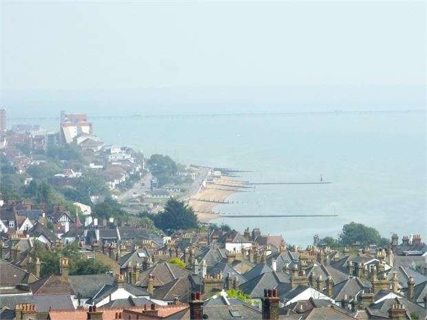 2 Bedrooms Flat for sale in St Clements Court East, Leigh on sea, SS9 2BS