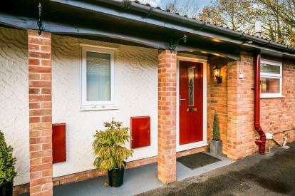 2 Bedrooms Bungalow for sale in Summerfields, Rhostyllen, Wrexham, Wrecsam, LL14