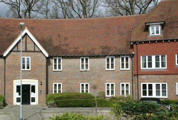 2 Bedrooms Ground Flat for sale in HIGHGROVE AVENUE, ASCOT, BERKSHIRE, SL5 7HR