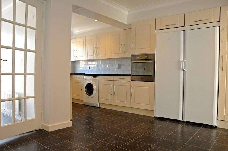 3 Bedrooms Terraced House for rent in Wellbrook Road, Orpington