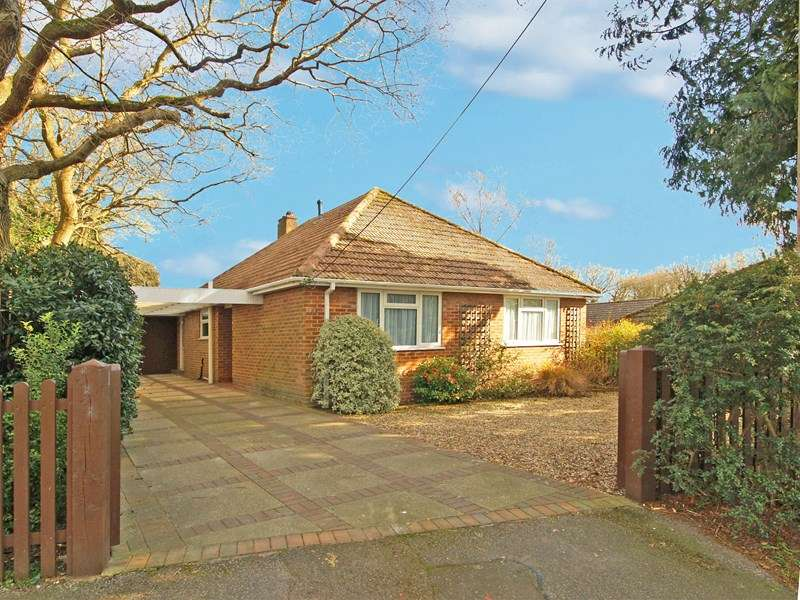 3 Bedrooms Bungalow for sale in Upper Gordon Road, Highcliffe, Christchurch