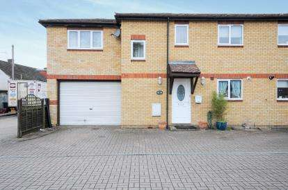3 Bedrooms Semi Detached House for sale in Nazeingbury Close, Nazeing, Waltham Abbey