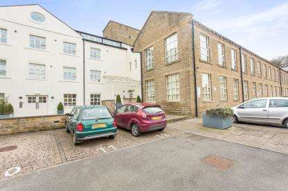 2 Bedrooms Flat for sale in The Park, Kirkburton, Huddersfield, West Yorkshire