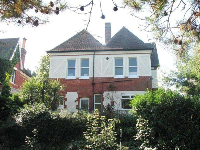 4 Bedrooms Detached House for sale in Snowdon Road, Bournemouth
