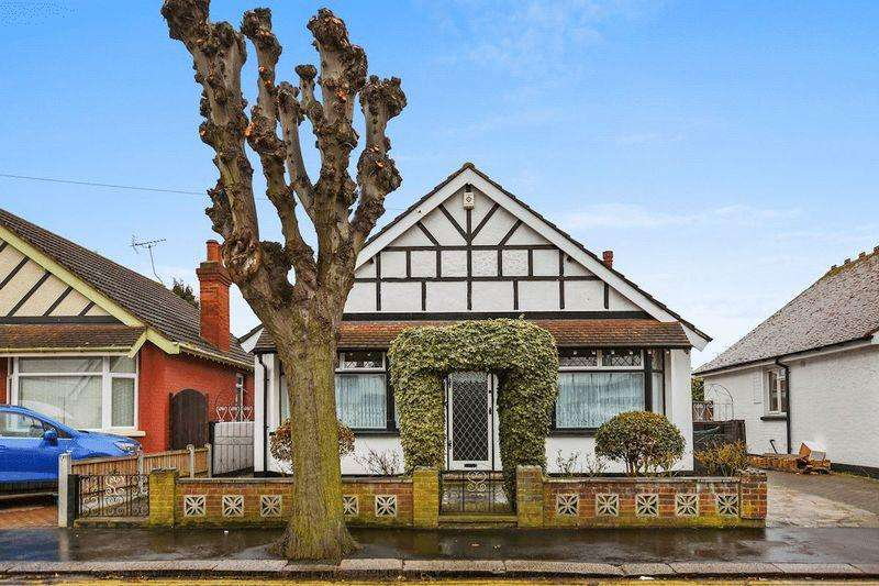 3 Bedrooms Detached Bungalow for sale in South Avenue, Southend-On-Sea
