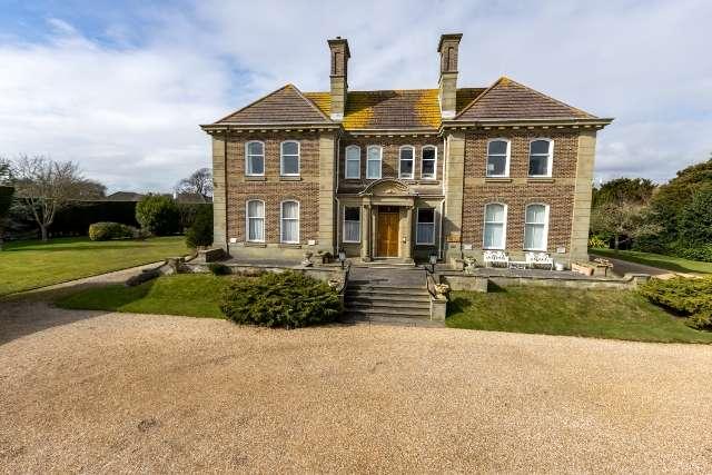 2 Bedrooms Flat for sale in The Grange, Grange Court, Aldwick, Bognor Regis, West Sussex. PO21 4XR