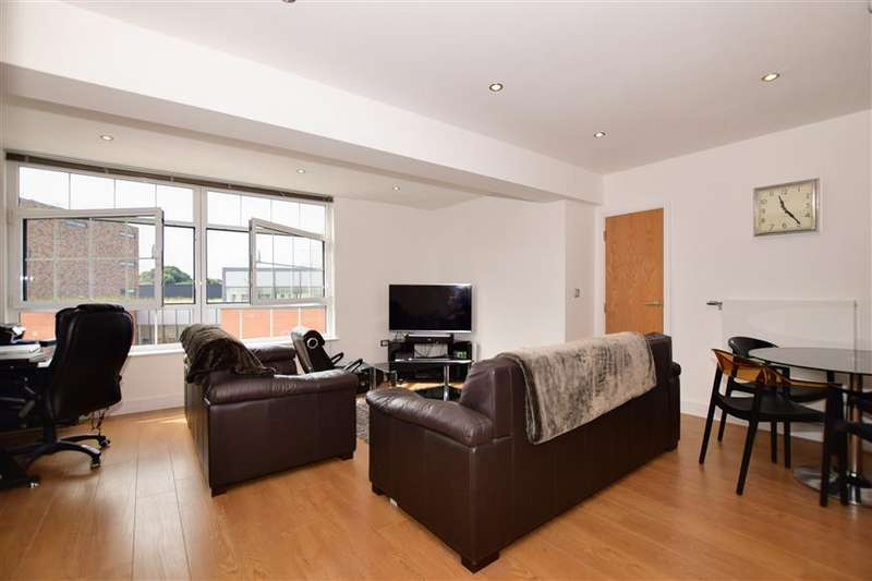 2 Bedrooms Apartment Flat for sale in Townhall Square, Crayford, Kent