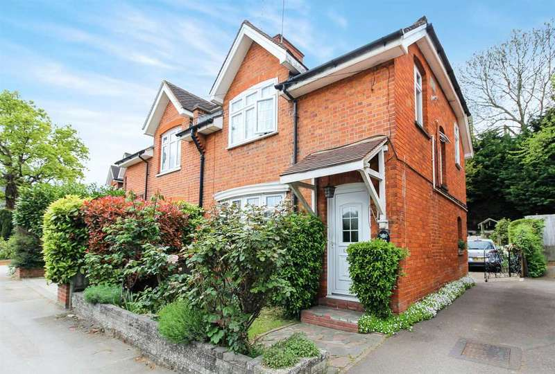 3 Bedrooms Semi Detached House for sale in Rayleigh Road, Hutton