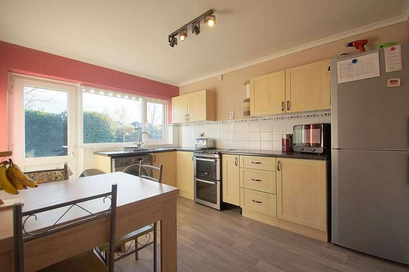 2 Bedrooms Semi Detached Bungalow for sale in LOVELY BUNGALOW IN GREAT CLACTON