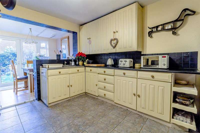 3 Bedrooms Chalet House for sale in St. Clements Crescent, Benfleet