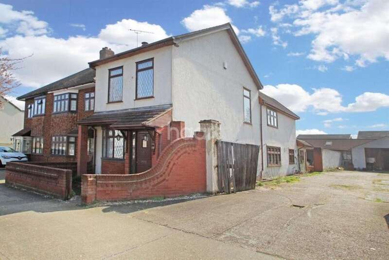 3 Bedrooms Detached House for sale in Forest Road, Romford