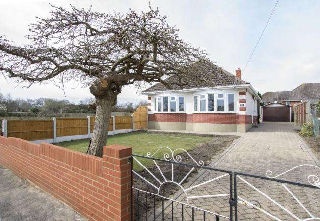 3 Bedrooms Bungalow for sale in Green Lane, Ensbury Park