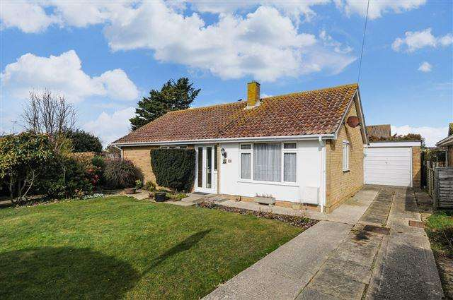 2 Bedrooms Bungalow for sale in Grayswood Avenue, Bracklesham Bay.