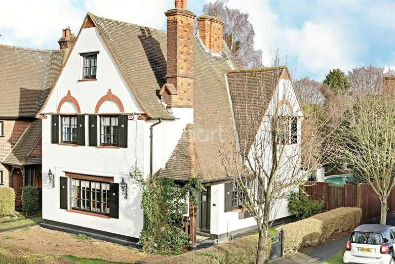 4 Bedrooms Detached House for sale in Parkway, Gidea Park