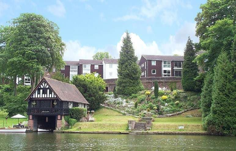 2 Bedrooms Flat for sale in Cariad Court, Cleeve Road, Goring, Reading, RG8