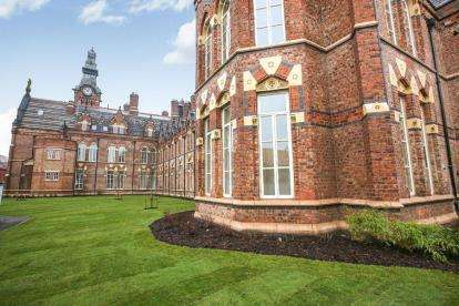 3 Bedrooms Flat for sale in 1 East Wing, Barnes Village, Cheadle