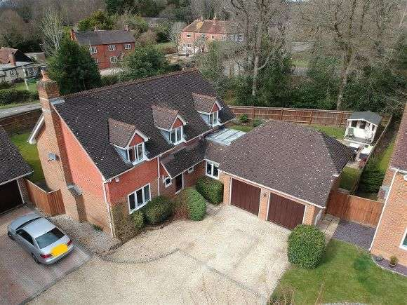 4 Bedrooms Detached House for sale in The Hawthorns, Baughurst, Tadley