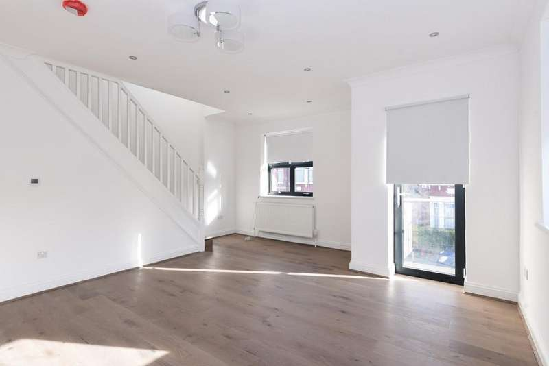 3 Bedrooms Apartment Flat for sale in Willoughby Road, London