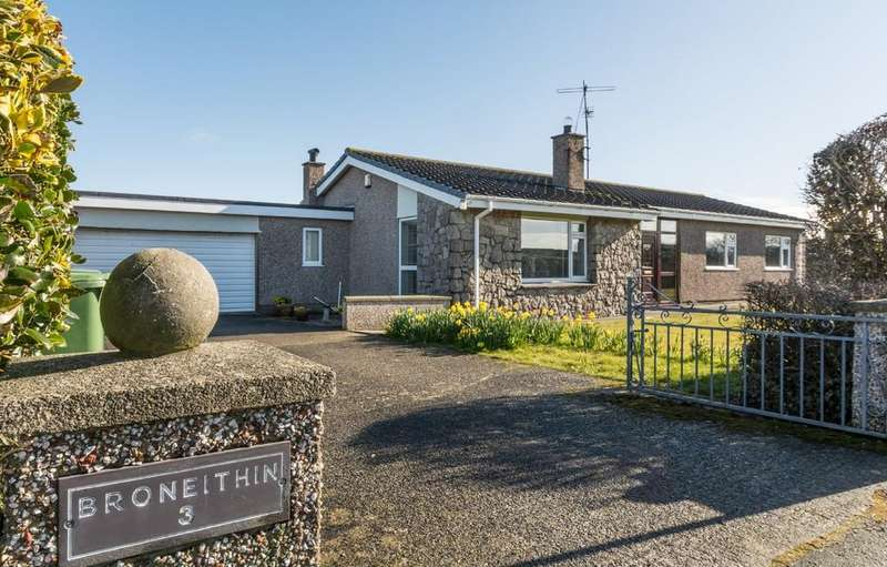 3 Bedrooms Detached Bungalow for sale in Copperfield Close, Valley, North Wales
