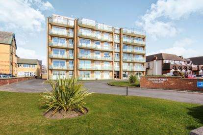 2 Bedrooms Flat for sale in South Promenade, Lytham St Annes, Lancashire, FY8