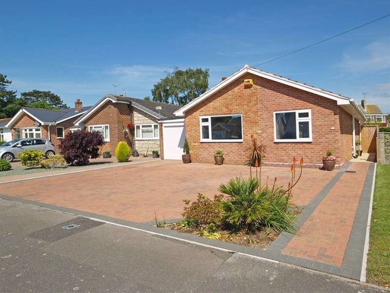 2 Bedrooms Detached Bungalow for sale in Nada Road, Highcliffe, Christchurch