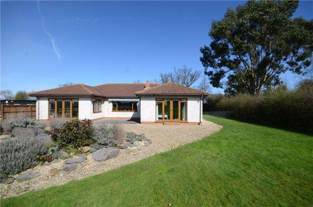3 Bedrooms Detached Bungalow for sale in Forest Road, Binfield, Berkshire