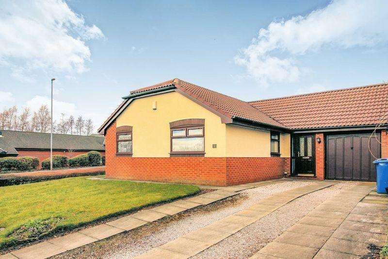 3 Bedrooms Bungalow for sale in The Croft, Bury